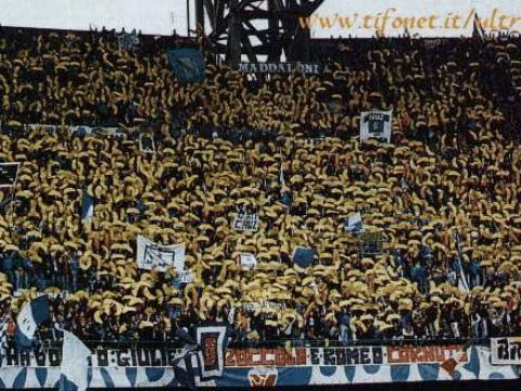 """Lo striscione entrato nella storia: è l'8 dicembre del 1996 e prima di Napoli-Verona la curva B mostra il drappo con su scritto """"La storia ha voluto: Giulietta zoccola e Romeo cornuto"""""""