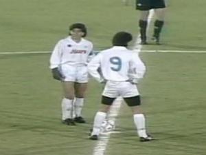 Maradona e Careca stanno per battere il calcio d'inizio di Bordeaux-Napoli, andata degli ottavi di Coppa Uefa 88/89