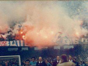 Lo striscione piccolo del Cucs a fianco a quello dei Blue Lions in curva A, in occasione del Napoli-Lazio della stagione 84/85