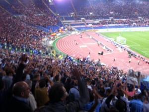 I tifosi napoletani nel settore ospiti dell'Olimpico a pochi minuti dal fischio d'inizio di Roma-Napoli