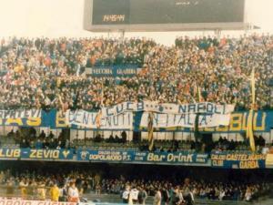 """Ecco i due striscioni con cui i tifosi del Verona accolsero i napoletani nel febbraio dell'86: """"Lavatevi"""" e """"Benvenuti in Italia"""""""